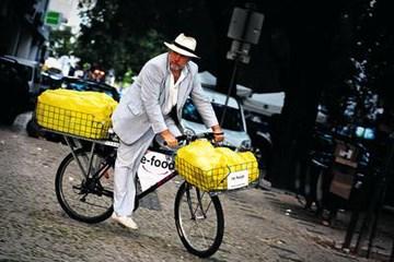 A pedalar para salvar a comida do lixo e matar a fome envergonhada