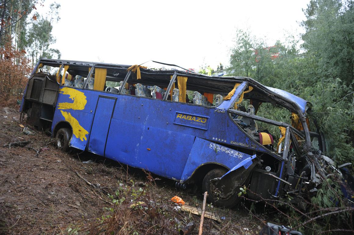 Autocarro cai em ravina no Carvalhal, Castelo Branco