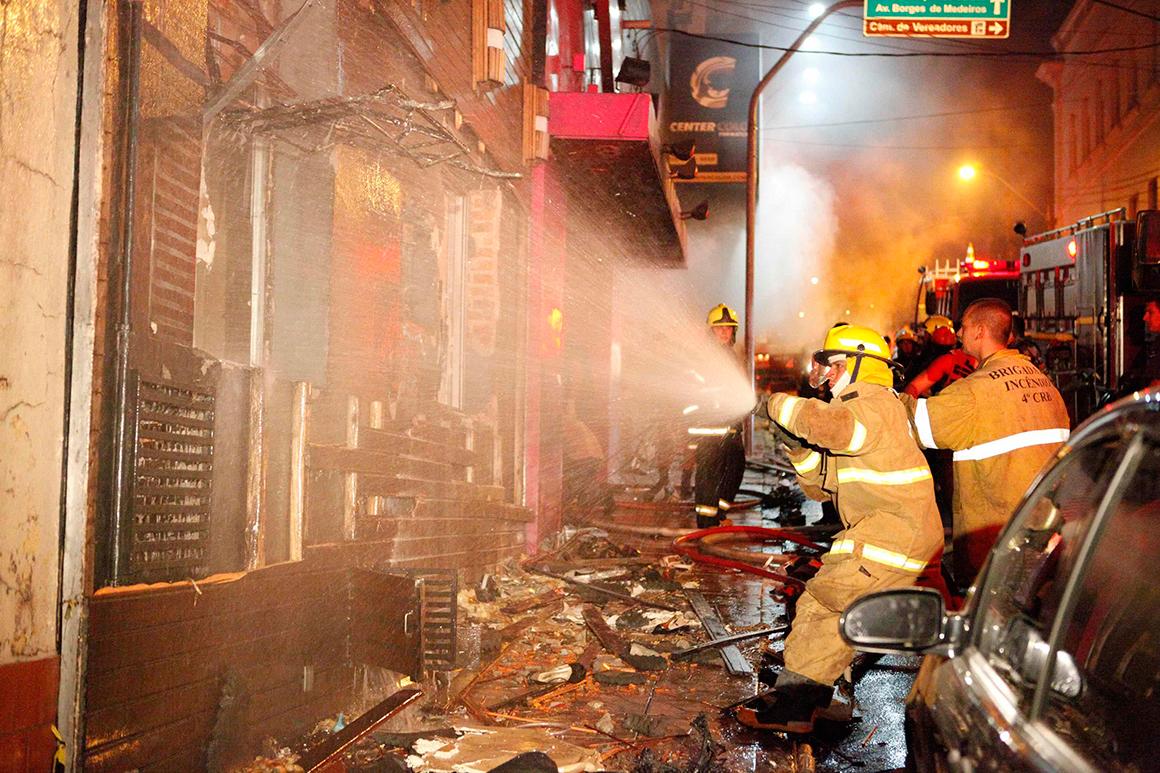 Bombeiros enquanto tentavam combater as chamas