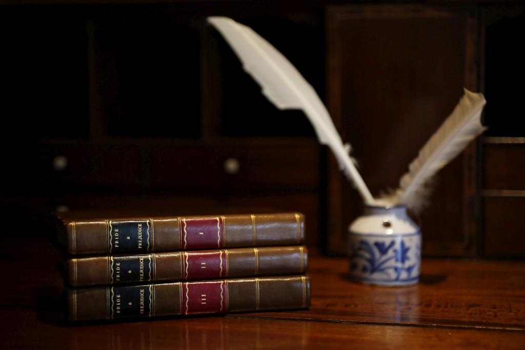 Os três volumes da primeira edição de <i>Pride and Prejudice</i> na Casa Jane Austen House em Chawton