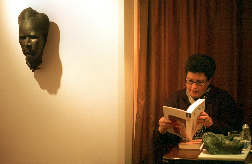 Os primeiros poemas de Adília Lopes surgem no Anuário inaugural, de 1984. No ano seguinte, a autora edita o seu notável livro de estreia, Um Jogo Bastante Perigoso