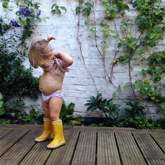 """Foto: Umbigo de criança foi de mais para o Instagram A fotografia de uma criança de 19 meses a levantar o vestido e a mostrar o seu umbigo levou a que a conta no Instagram da mãe fosse retirada. O site de partilha de fotografias considerou que a imagem publicada por Courtney Adamo era """"inapropriada"""". http://go.pwm.pt/1wHhAs0"""